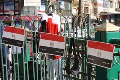 El egipcio señala recuerdos de la revolución por medio de una bandera en El Cairo Egipto Foto de archivo libre de regalías