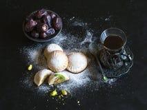 EL Eid do Kahk das cookies egípcias 'com as datas servidas em uma tabela preta Cookies da festa isl?mica do EL Fitr imagem de stock