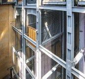El eje de elevador y el elevador del Elba viejo hacen un túnel en Hamburgo foto de archivo