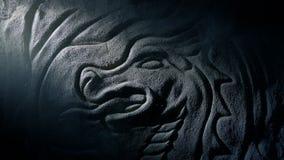 El eje de la luz revela a viejo Dragon Stone Carving almacen de metraje de vídeo