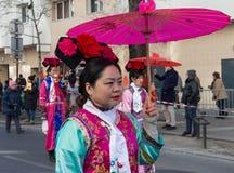 El ejecutante chino en traje tradicional en el desfile lunar chino del Año Nuevo en París, Francia Foto de archivo libre de regalías