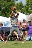El ejecutante de circo lanza las bolas de fuego con una honda en el festival Imagen de archivo libre de regalías
