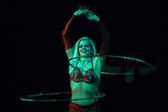 El ejecutante de circo realiza el aro del hula en Humberto Circus Foto de archivo