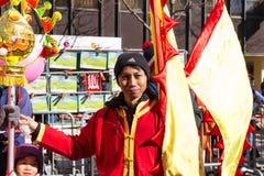 El ejecutante en traje tradicional en el desfile lunar chino del Año Nuevo en París, Francia Imágenes de archivo libres de regalías