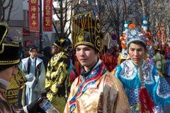 El ejecutante en traje tradicional en el desfile lunar chino del Año Nuevo en París, Francia Fotos de archivo