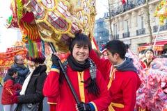 El ejecutante en traje tradicional en el desfile lunar chino del Año Nuevo en París, Francia Imagen de archivo libre de regalías