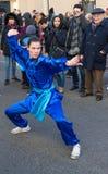 El ejecutante en traje tradicional en el desfile lunar chino del Año Nuevo en París, Francia Fotografía de archivo libre de regalías