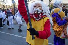 El ejecutante en traje tradicional en el desfile lunar chino del Año Nuevo en París, Francia Foto de archivo