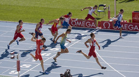 El ejecutarse de los atletas del Decathlon Imagen de archivo libre de regalías