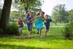 El ejecutarse de los niños al aire libre Imagen de archivo