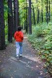 El ejecutarse del muchacho al aire libre Imagen de archivo libre de regalías