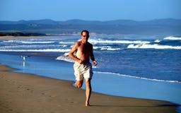 El ejecutarse en la playa Imágenes de archivo libres de regalías