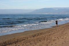 El ejecutarse en la playa Fotos de archivo