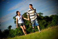 El ejecutarse joven feliz de los pares al aire libre Foto de archivo libre de regalías
