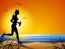 El ejecutarse a lo largo de la playa en la puesta del sol Imágenes de archivo libres de regalías