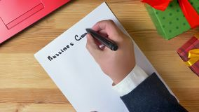 El ejemplo, Año Nuevo, las manos masculinas escribe en un cuaderno, metas 2019 de negocio metrajes