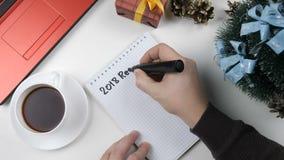 El ejemplo, Año Nuevo, las manos masculinas escribe en un cuaderno, resolución 2018 almacen de video