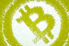 el ejemplo 3d pixelated el símbolo del bitcoin hecho de los cubos en contraluz que brillaba intensamente Foto de archivo libre de regalías