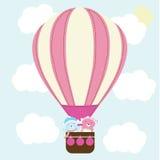 El ejemplo de la fiesta de bienvenida al bebé con el bebé lindo lleva en globo del aire caliente en el cielo azul conveniente par Imagen de archivo