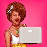 el ejemplo del arte pop de una mujer negra demuestra un nuevo modelo del ordenador portátil ilustración del vector