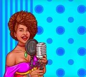 El ejemplo del arte pop del vector de una mujer negra canta en micrófono del vintage Imagen de archivo