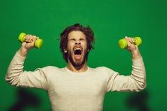 El ejercicio de la mañana del hombre soñoliento con el barbell, tiene pelo uncombed imagenes de archivo