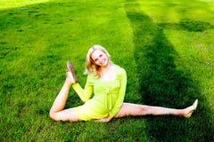 El ejercicio gimnástico de realización de la chica joven Foto de archivo libre de regalías