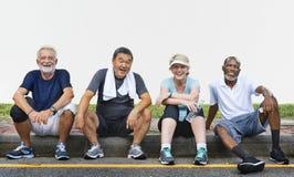 El ejercicio mayor de los amigos del grupo relaja concepto Foto de archivo libre de regalías