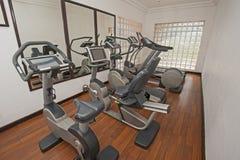 El ejercicio trabaja a máquina en privado el gimnasio Foto de archivo