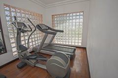El ejercicio trabaja a máquina en privado el gimnasio Foto de archivo libre de regalías