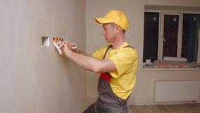 El electricista hace el trabajo