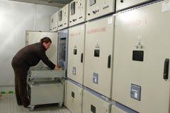 El electricista proporciona mantenimiento del panel eléctrico en switchbo Fotos de archivo libres de regalías