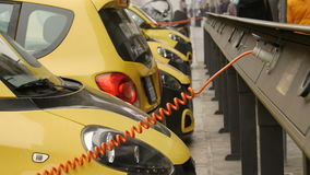 El electro coche está cargando en la calle almacen de video