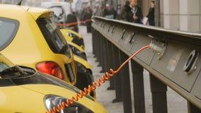 El electro coche está cargando en la calle almacen de metraje de vídeo