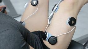 El electro estímulo de músculos, estímulo de músculos, tratando se divierte lesiones, myostimulator almacen de metraje de vídeo