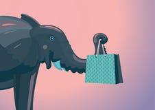 El elefante divertido está llevando a cabo un paquete con la compra Foto de archivo