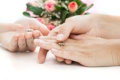 El elegir de la mujer anillos imágenes de archivo libres de regalías