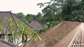 El elemento arquitectónico tradicional de las casas del Balinese es el tejado de la teja Bali, Indonesia almacen de video