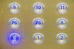 El elevador abotona G presionado abajo a la planta Botón del elevador Fotos de archivo libres de regalías