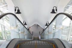 El elevador automático es uso para arriba y abajo de él es lo mismo como paso Imagen de archivo