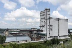 El elevador de grano en el río Belaya La ciudad de Birsk Imágenes de archivo libres de regalías