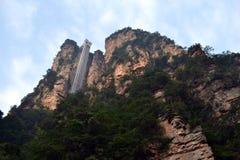 El elevador en una roca de la montaña O probablemente a imagen de archivo libre de regalías