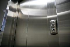 El elevador o la elevación cerró puertas y los botones del metal Imagenes de archivo