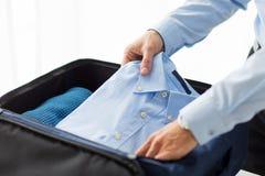 El embalaje del hombre de negocios viste en bolso del viaje Foto de archivo libre de regalías