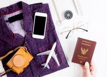 El embalar encima de pasaporte como artículo importante para el viaje del viaje de las vacaciones imagen de archivo libre de regalías