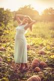 El embarazo da un resplandor hermoso a las mujeres imagenes de archivo