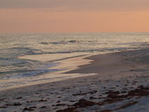 El embarcadero de las olas oceánicas de la arena de la playa se nubla el cielo Fotos de archivo