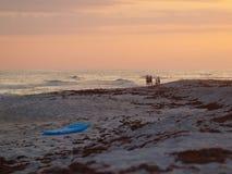 El embarcadero de las olas oceánicas de la arena de la playa se nubla el cielo Imágenes de archivo libres de regalías
