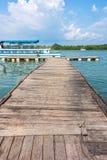 El embarcadero de madera en la bahía de Phang Nga Foto de archivo libre de regalías