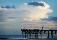 El embarcadero de Myrtle Beach, Carolina del Sur como el sol está fijando imagen de archivo
